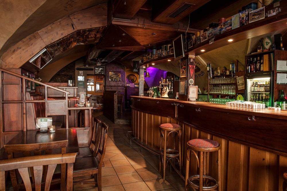 The Claddagh Irish Pub Klagenfurt Bar mit Stühlen Theke Guinnes