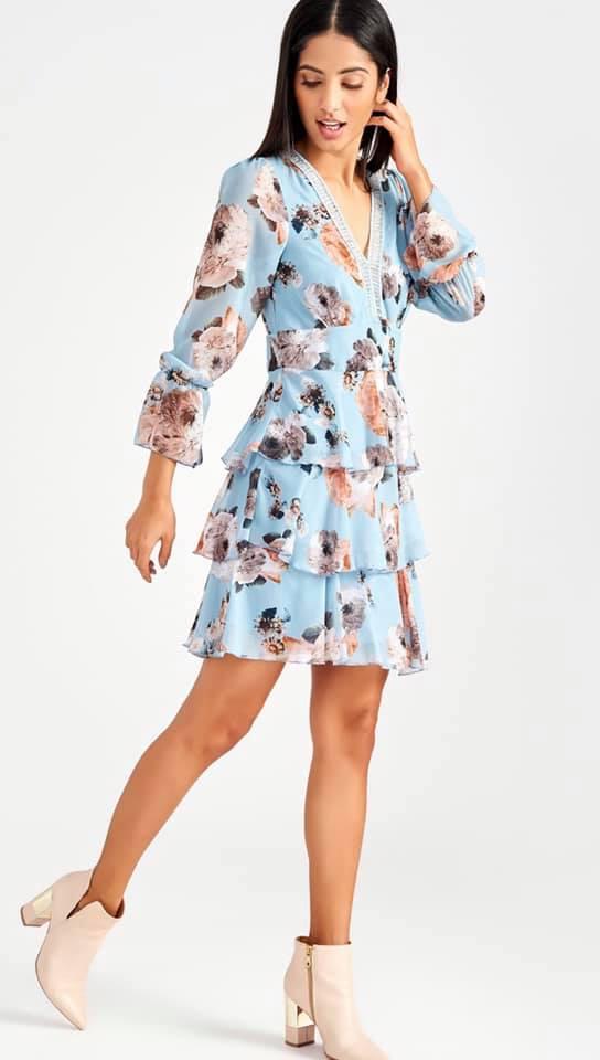 Kleid, blau, Blumen, Stiefeletten, Damenmode, Modetrends, Frühlingstrends 2021, 9020 Klagenfurt am Wörthersee